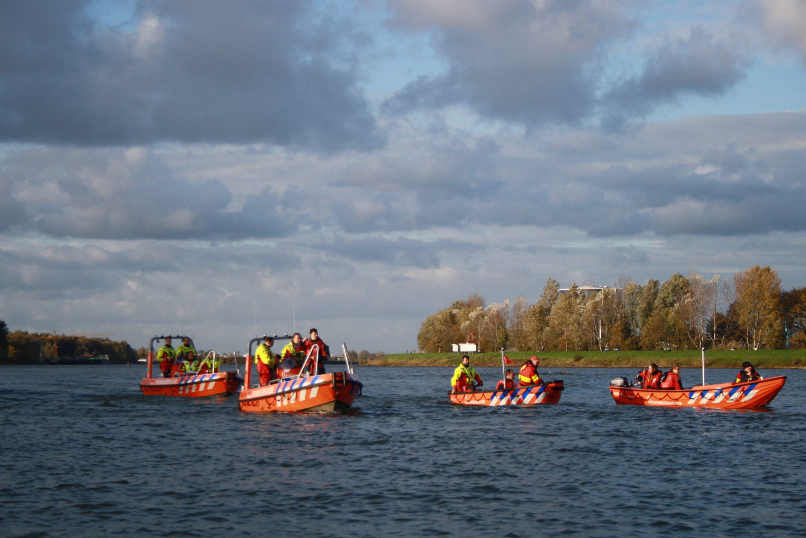 Reddingsbrigades op de drierivierenkruising bij Dordrecht
