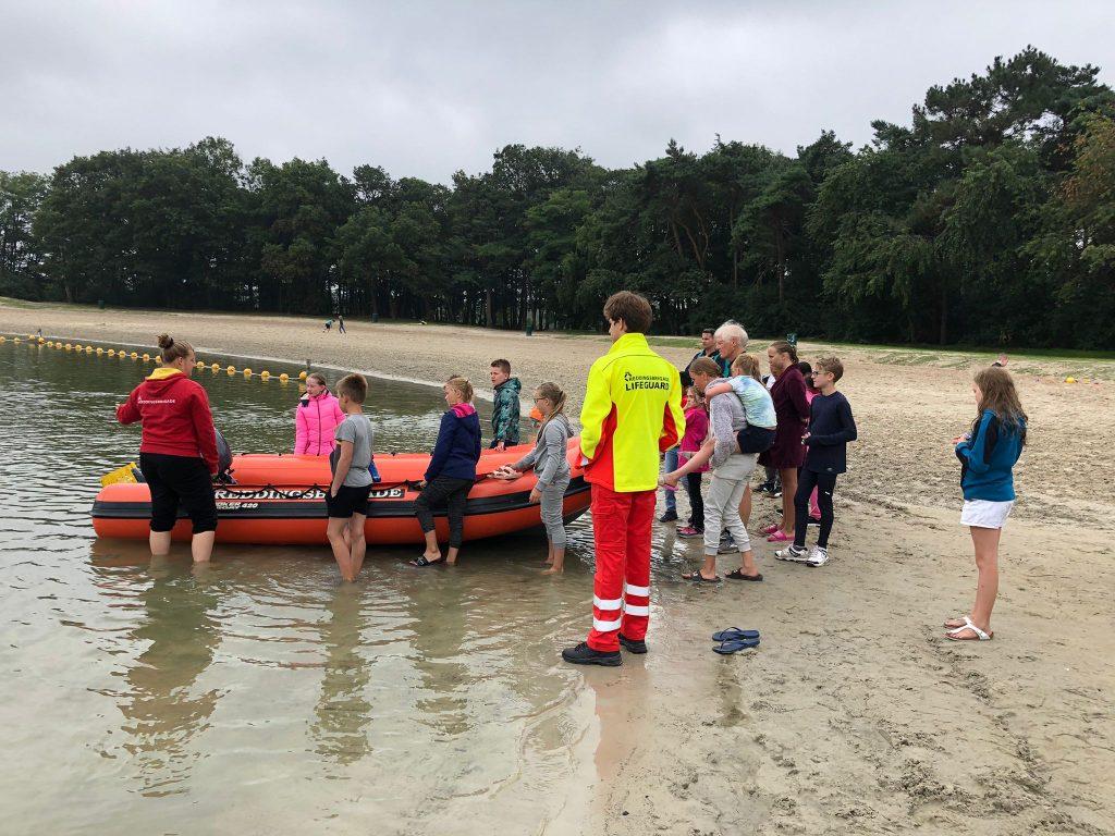 De jeugd van de Tilburgse en Dordtse Reddingsbrigade krijgen uitleg van de lifeguards uit Breda